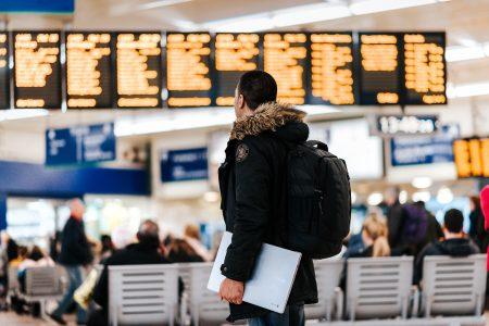 Etudiant dans un aéroport avant le départ pour son stage à l'étranger