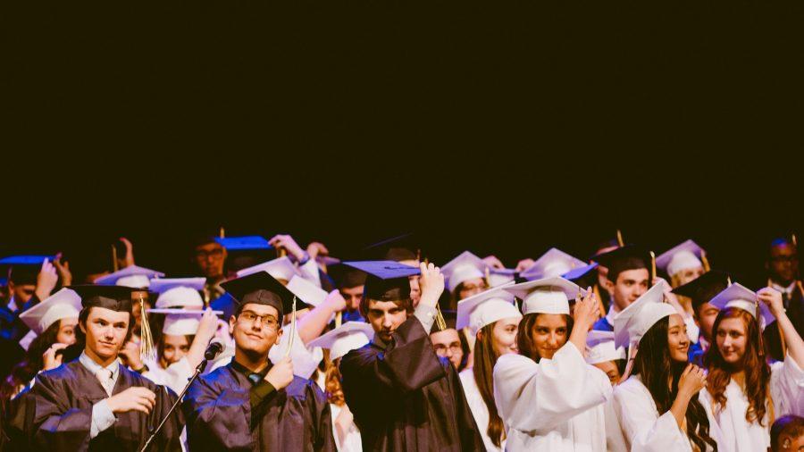 Cérémonie de remise de diplôme où tous les étudiants en tenue traditionnelle sont rassemblés pour la photo souvenir